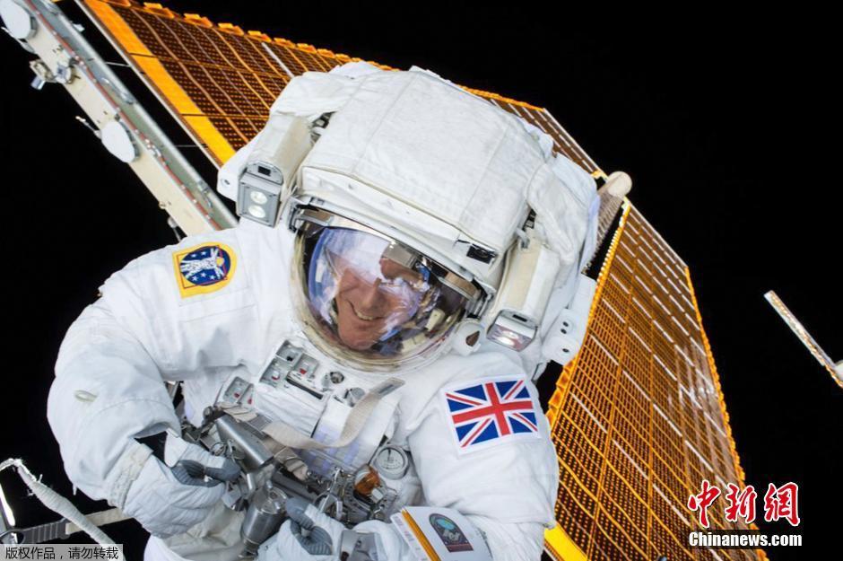 英宇航员首次太空行走 出舱替换损坏变压器